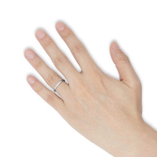 指にはめるシンプルなステンレスリング