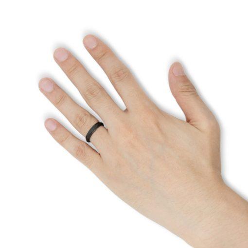 指にはめるダイヤカッティング ブラックタングステンリング